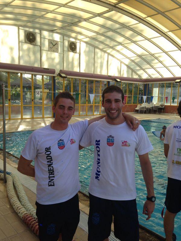 Héctor (dcha) junto a su entrenador en la sede del CN Alcobendas
